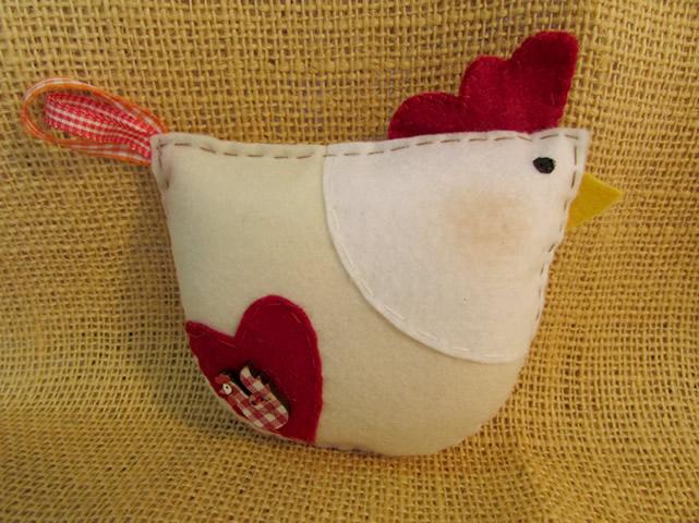 galinha artesanal em feltro finalizada