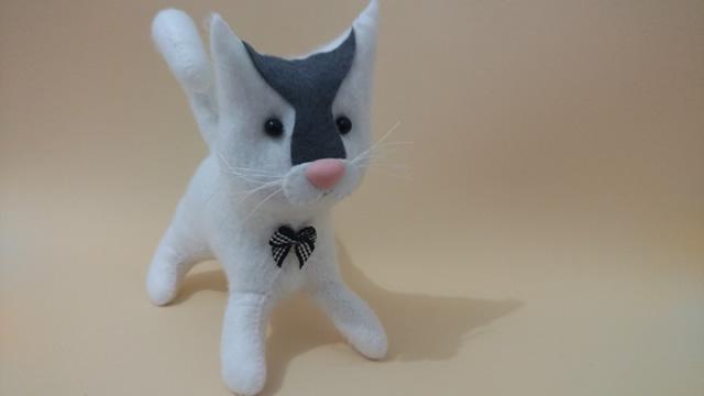 gato de feltro finalizado