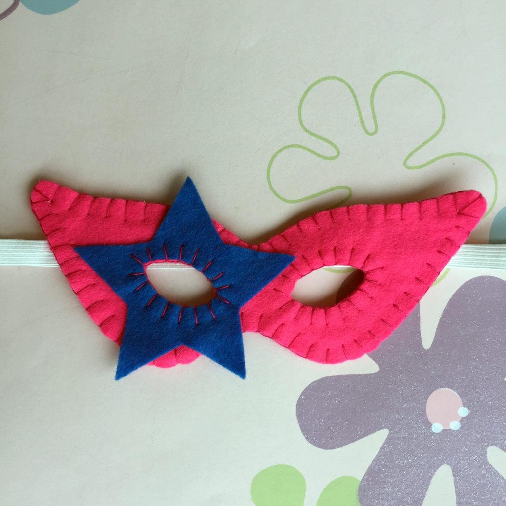 Máscara de carnaval rosa e azul
