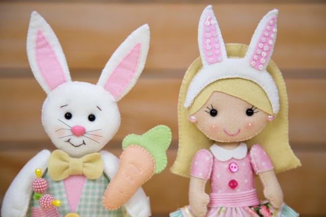 Menina e coelho da Páscoa