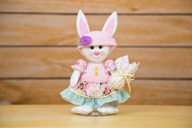 Coelhinha com vestido e ovo da Páscoa