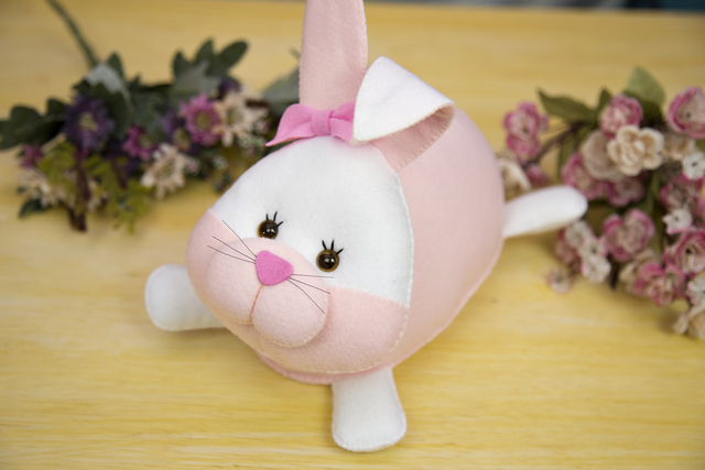 Coelha da Páscoa com laço rosa