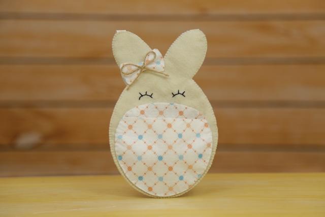 Lembrancinha de coelho da Páscoa em feltro