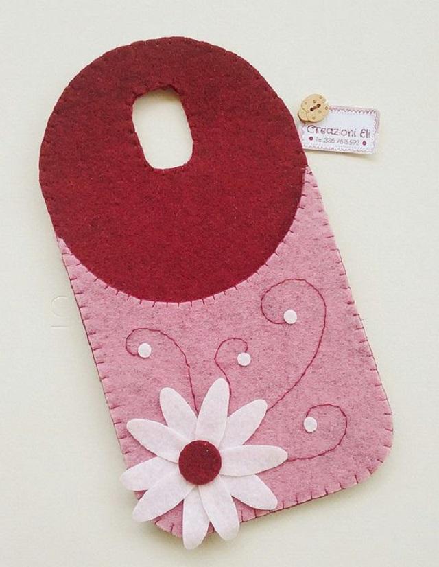 Porta carregador de celular com detalhe de flor