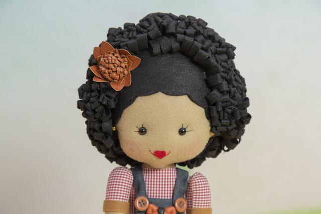 Boneca de feltro com cabelo black