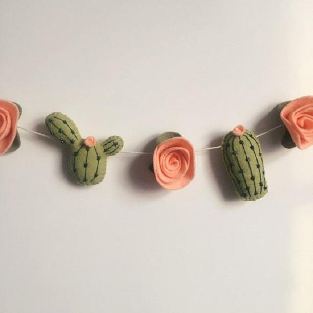 Varal com flores e cactos de feltro