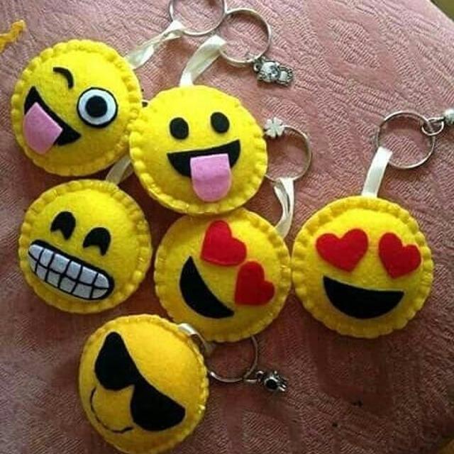 Chaveiros de emojis de feltro