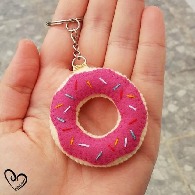Chaveiro de feltro em formato de donuts