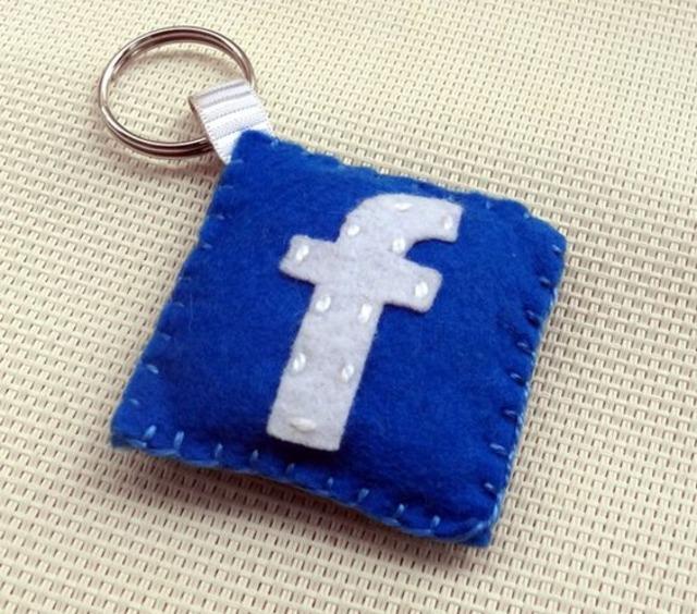 Chaveiro com ícone de Facebook de feltro