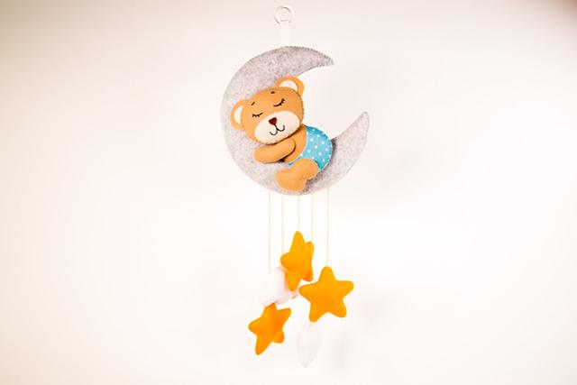 Móbile de feltro urso e estrelas