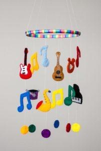 Móbile de feltro instrumentos musicais
