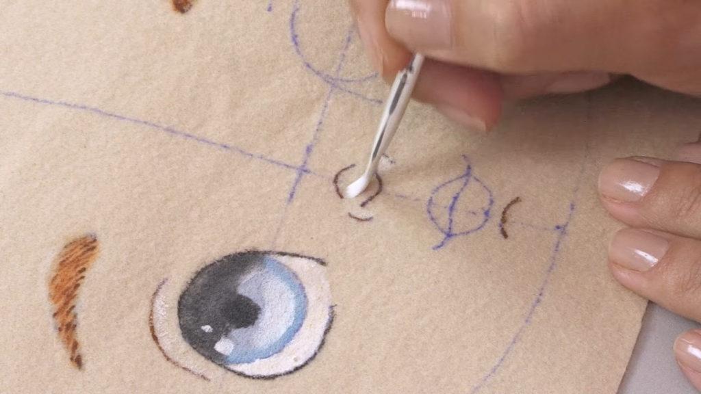 pintura em bonecas de feltro